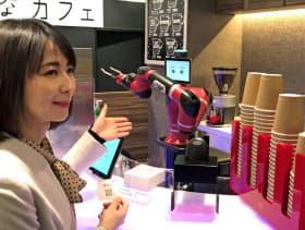 多関節型の単腕ロボット(奥)がカップをつかんで移動させたり洗浄したりする(東京・渋谷)