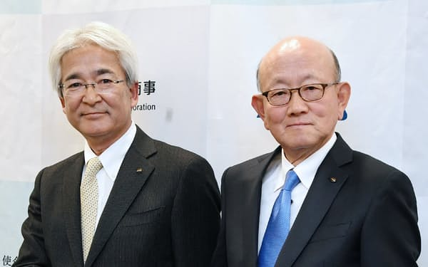伊藤忠商事の会長CEOに就任する岡藤正広社長(右)と社長COO(最高執行責任者)に就任する鈴木善久専務執行役員(18日、東京都港区)