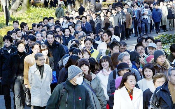 松本死刑囚判決公判の傍聴席の整理券を求めて並ぶ人たち(2004年2月27日、東京・日比谷公園)