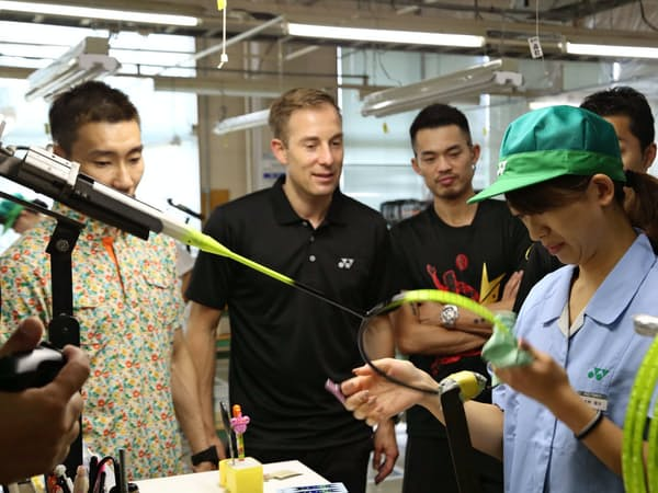 アジアや欧州のバドミントンの契約選手らがラケットの製造工程を見学した(2017年9月、新潟県長岡市)