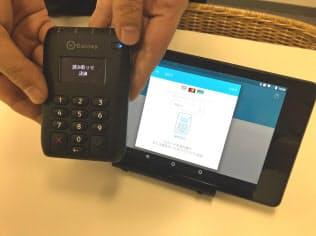 コイニーは中小の小売店が手軽にカード決済の受け付けができる決済端末などを提供している