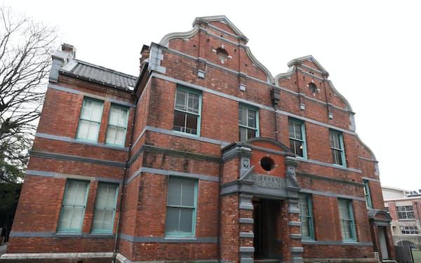 19世紀の英国で大流行し、校舎建築に好んで使われたアン王女様式を取り入れた