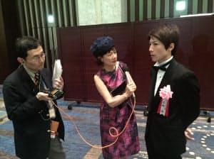 石橋脩騎手にインタビューする鈴木淑子さん。ラジオの取材はこんな感じです