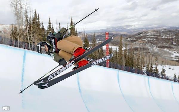 小野塚はアルペン競技や基礎スキーで培った滑りで技の完成度を高める=共同