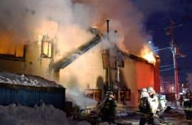 火災で煙と炎が上がる札幌市東区の高齢者施設(1日午前0時30分ごろ、札幌市)=共同