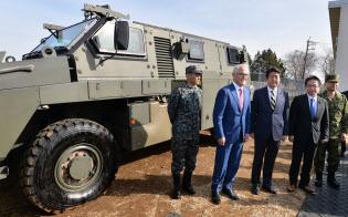 輸送防護車を視察する安倍晋三首相とオーストラリアのターンブル首相(1月18日、陸上自衛隊習志野演習場)