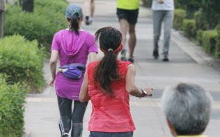 定期的にする運動ではウオーキングやジョギングの人気が高い(東京都千代田区)