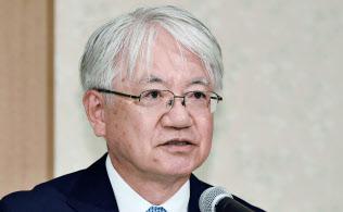 17年10月に不正問題で記者会見した神戸製鋼所の川崎会長兼社長