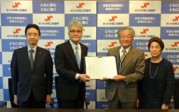 事業譲渡契約を結び、安堵の表情を浮かべる大西晃氏(右から2人目)(1月19日、さいたま商工会議所)