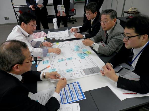 帰宅困難者の受け入れを想定し、運営方針を話し合う(1日、東京都新宿区)