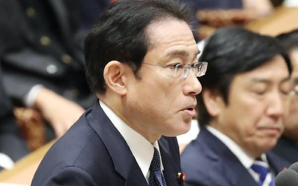 衆院予算委で質問する自民党の岸田政調会長(2日午前)
