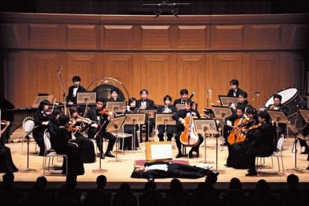 いずみシンフォニエッタ大阪は指揮者が倒れるカーゲル「フィナーレ」を日本初演した(2001年2月、大阪市)=前田 裕明撮影