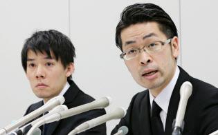 記者会見するコインチェックの和田晃一良社長(左)。同社は「みなし交換業者」だ(1月26日)