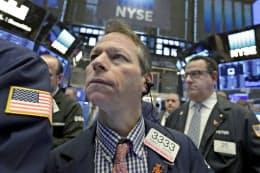 2日、ダウ平均は大幅下落した(ニューヨーク証券取引所)=AP