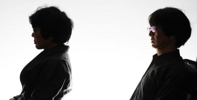 石黒浩大阪大学教授(左)と自身をモデルにしたロボット(大阪府豊中市)