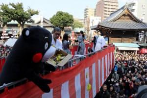 櫛田神社の豆まきにはくまモンが訪れた(3日午前、福岡市博多区)