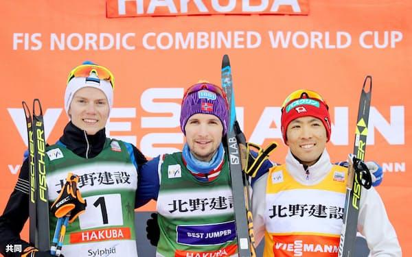 3位に入った渡部暁斗(右)。中央は優勝したヤン・シュミット(4日、白馬)=共同
