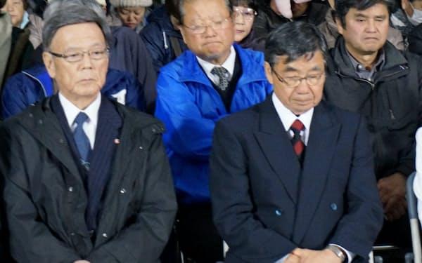 敗戦が伝わりうつむく翁長知事(左)と稲嶺氏(4日、沖縄県名護市)