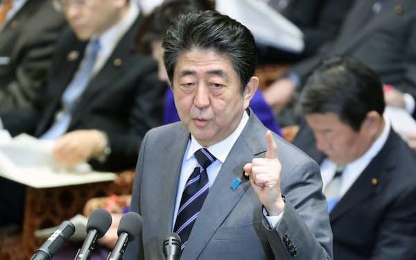 衆院予算委で答弁する安倍首相(5日午前)