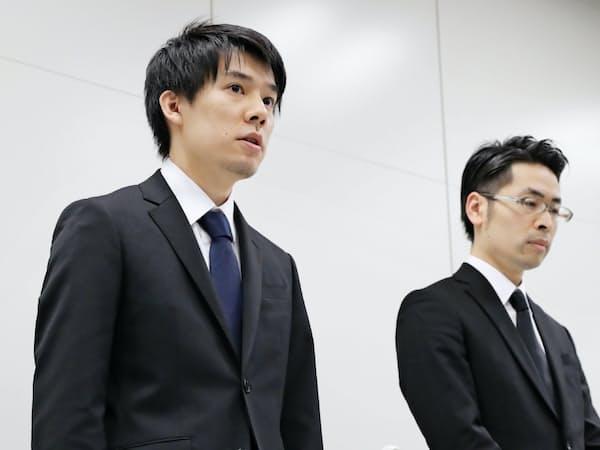 記者会見したコインチェックの和田晃一良社長(左)と大塚雄介COO(26日夜、東証)