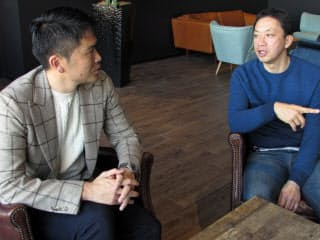 大倉社長(右)は「このままじゃサッカー界はダメになると思ったことが、経営者になったいまの原点」と語る