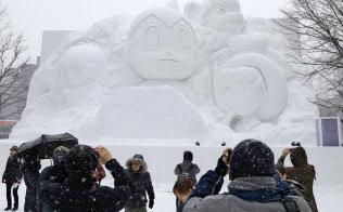 「鉄腕アトム」などのキャラクターの大雪像(5日午前、札幌・大通公園)=共同