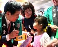 バンコクの商業施設で試食用のイチゴを配る千葉県の森田健作知事(4日、バンコク)