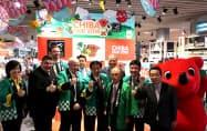 バンコクの商業施設で千葉県産のイチゴなどをアピールする森田健作知事(4日、バンコク)