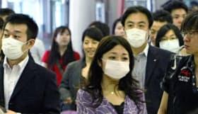 厚労省は、せきやくしゃみが出るときにマスクを着ける「せきエチケット」の徹底を呼び掛けている