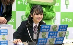 確定申告書の作成を体験するSKE48の北野瑠華さん(5日、岐阜市)