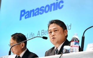 決算発表するパナソニックの梅田博和CFO(右)ら(5日午後、東京都港区)