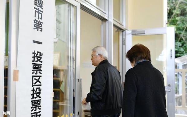 沖縄県名護市長選の投票所に向かう有権者(4日)=共同