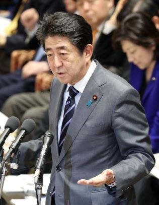 衆院予算委で答弁する安倍首相(5日午後)