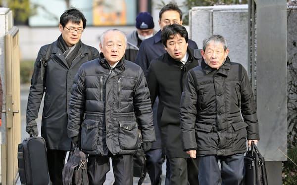 福岡高裁に入る弁護団(6日午前、福岡市中央区)
