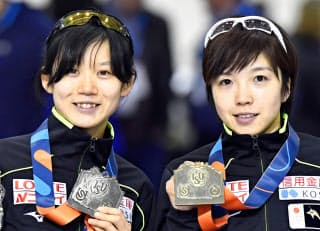 昨年12月のW杯1000メートルを世界新で制した小平奈緒(右)と2位の高木美帆。五輪でもこんなシーンがあるか=共同