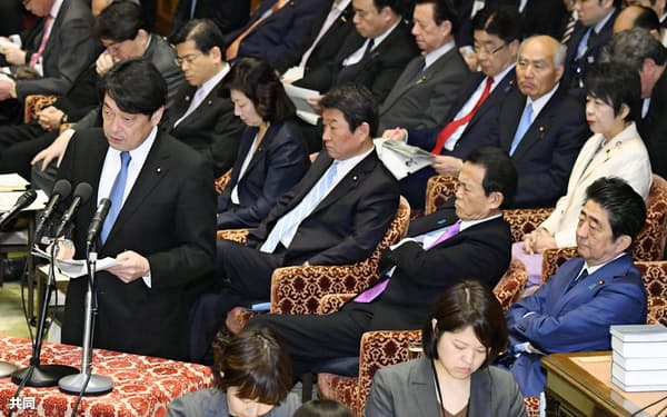 衆院予算委で答弁する小野寺防衛相。右下は安倍首相(6日午前)=共同