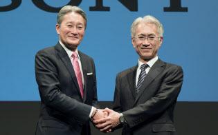 ソニーの平井社長(左)は子会社のソネットの社長経験のある吉田副社長に譲る(2日)