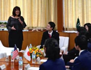 中学生らを前に挨拶するカレン副大統領夫人(7日、千葉市)