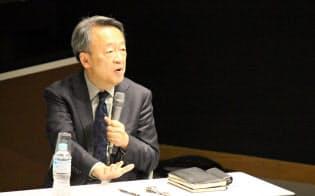 学生たちとの議論に参加する池上彰教授(池上彰先生に「いい質問」をする会。2017年12月8日、東京工業大学大岡山キャンパス)=東工大提供