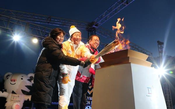 平昌五輪開催地、旌善郡の役場前ステージに到着した聖火(7日午後)=山本博文撮影