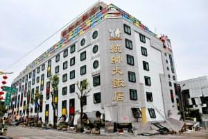 1~2階が押しつぶされ3階が1階の位置に来ている(7日午前、台湾・花蓮のホテル)