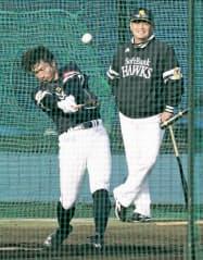 工藤監督(奥)が見守る中、打撃練習を行う西田=共同