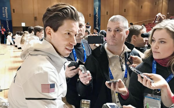 8日、平昌で記者の取材に応じるスノーボード男子ハーフパイプのショーン・ホワイト=共同