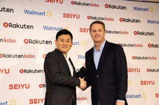 1月26日、米ウォルマートのマクミロン最高経営責任者(右)は楽天との提携を発表した(東京都内)