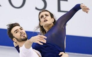 アイスダンス優勝候補のパパダキス(右)、シゼロン組のフリー=共同