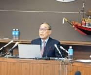 8日、廃止届提出について説明する両備グループの小嶋代表(岡山市)