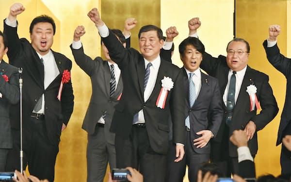 自身が率いる派閥のパーティーで気勢を上げる石破氏(中)(5日、大阪市中央区)