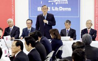 自民党憲法改正推進本部の会合であいさつする細田本部長(7日午後、党本部)