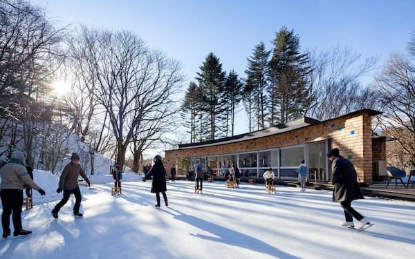冬季はビジターセンターの前面のケラ池がスケートリンクになる