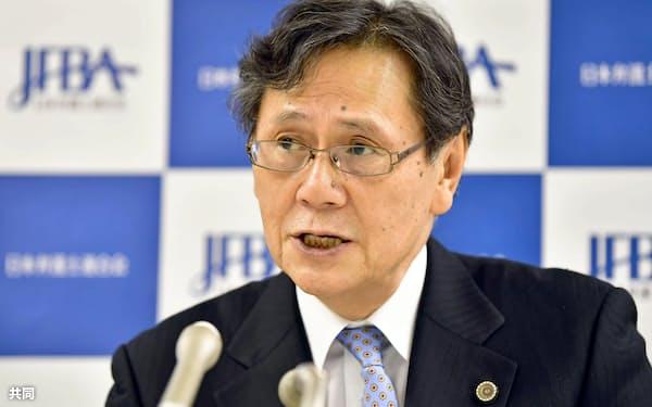 日弁連の次期会長に決まり、記者会見で抱負を述べる菊地裕太郎氏(9日午後、東京・霞が関の弁護士会館)=共同